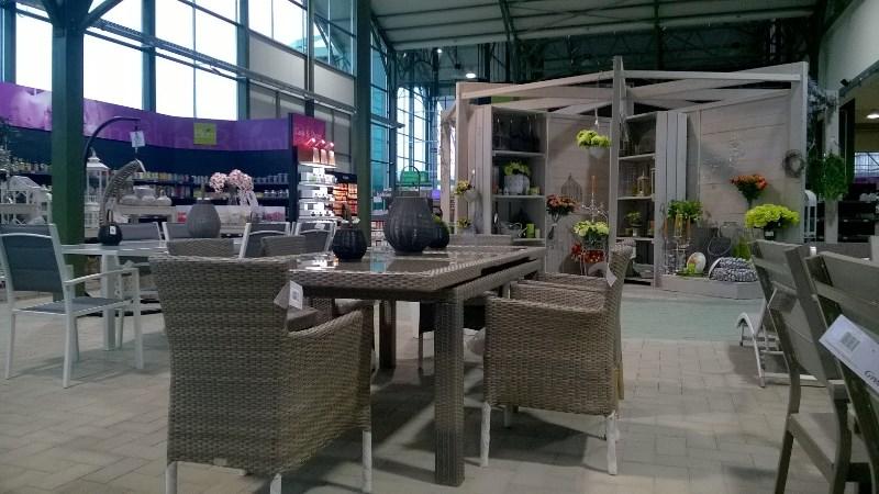 Tavoli, sedie, poltrone, dondoli, lanterne e tanto altro ancora per ...